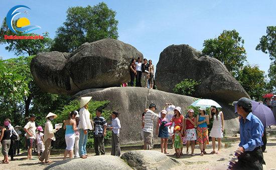Chụp hình lưu niệm Hòn trống mái Sầm Sơn
